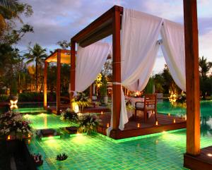Diner am Pool vom Hotel The Sarojin Thailand